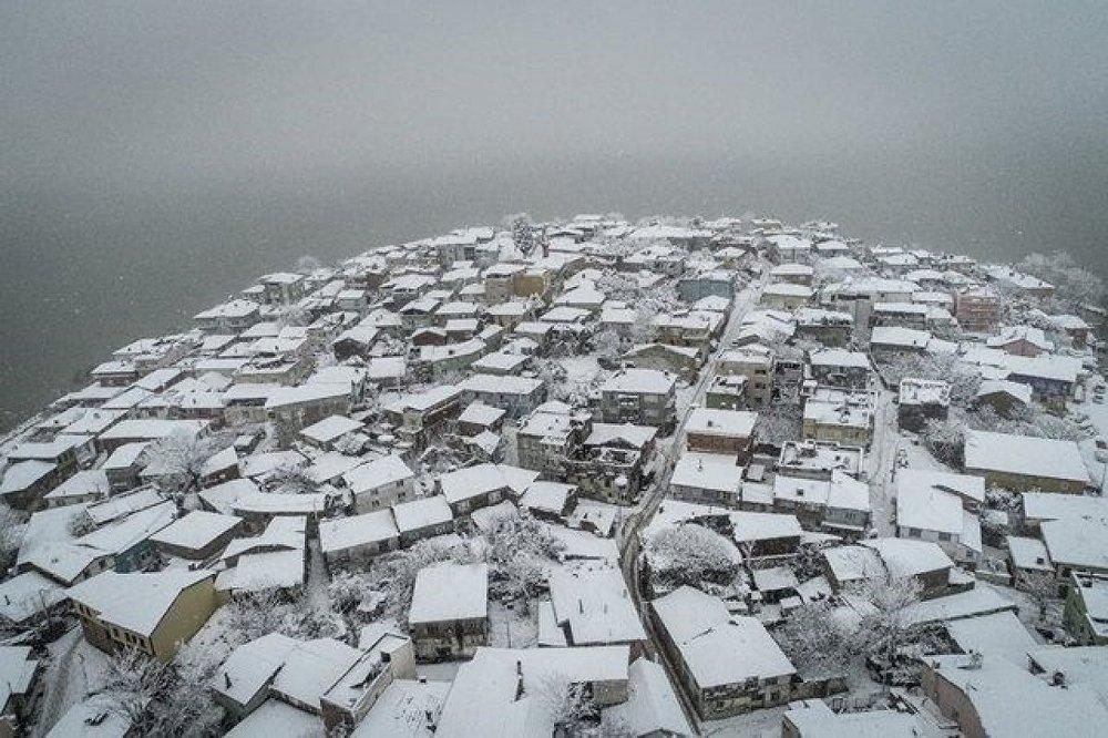 Yoğun kar yağışının ardından, tamamen beyaz örtüyle kaplanan Gölyazı'ya gelen ziyaretçiler, talebe göre gölde balıkçı ve saltanat kayıklarıyla gezinti yapabiliyor.