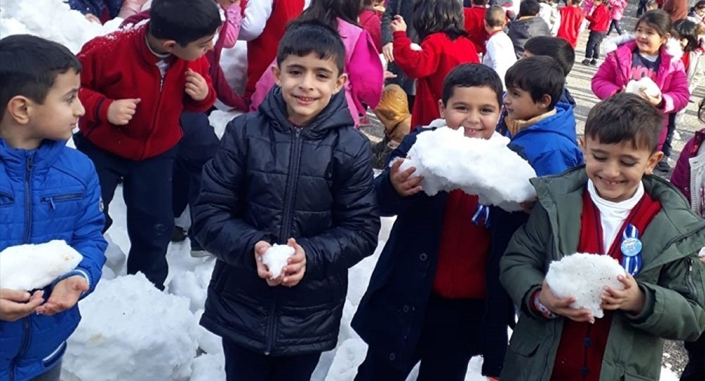 Adıyaman Belediyesi ekipleri, öğrencilerin isteği üzerine okul bahçesine bir kamyonet kar getirerek eğlenmelerine fırsat tanıdı.