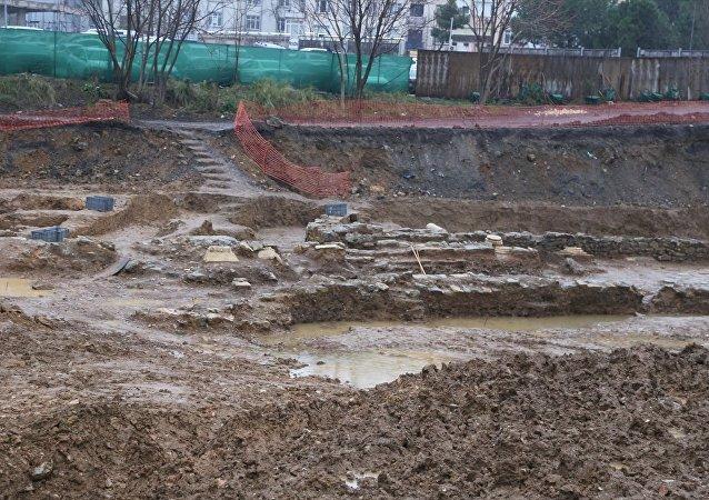 İstanbul'un Kadıköy ilçesinde bir otel inşaatının temel kazısında bulunan tarihi eserler