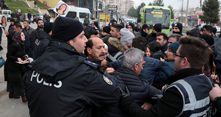 Cezaevine yürümek isteyen HDP'lilere müdahale