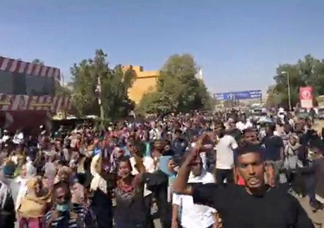 Sudan'daki 'ekmek protestoları'na katılan göstericiler