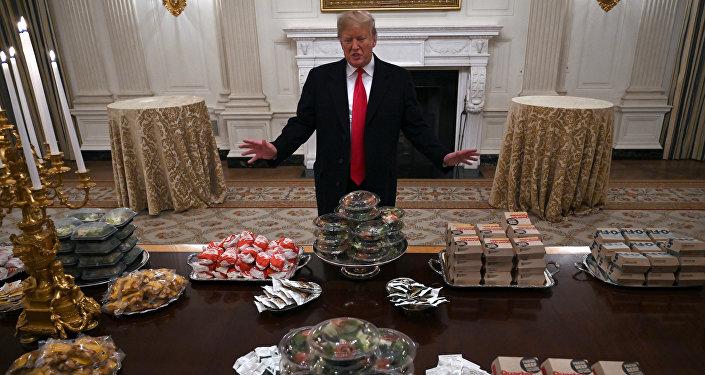 Trump, hükümetin kapanması nedeniyle konuklarına hamburger ısmarladı