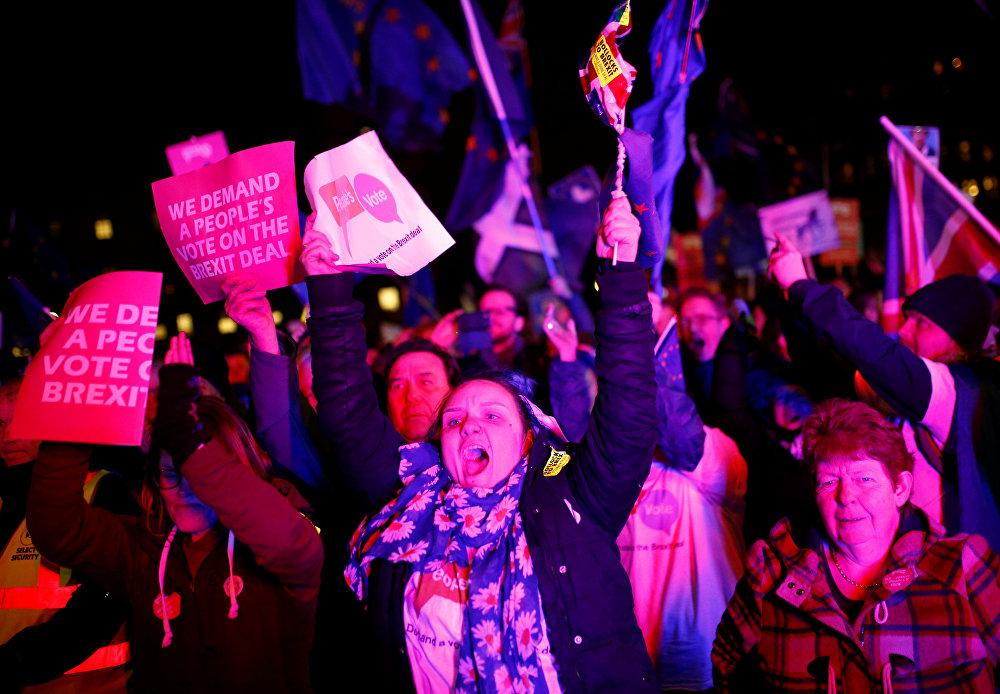 Brexit karşıtları Londra'da oylama sonuçlarını kutluyor.