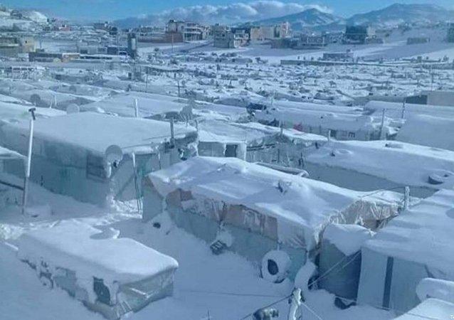 Lübnan'daki kar fırtınasında tamamen kar altında kalan Suriyeli mülteci kampı