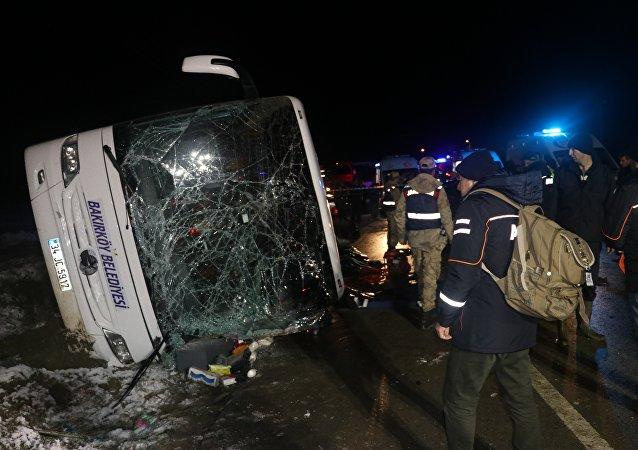 Amasya'da Bakırköy Belediyesi'ne ait otobüs devrildi