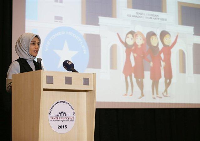 İslam İşbirliği Teşkilatı (İİT) Kadın Danışma Konseyi Başkanı Esra Albayrak, Tenzile Erdoğan İmam Hatip Lisesi tarafından yürütülen ''Vize: Kızlar İçin Vizyoner Hedefler'' projesinin Görev 1.1. Rozet Törenine katılarak konuşma yaptı.