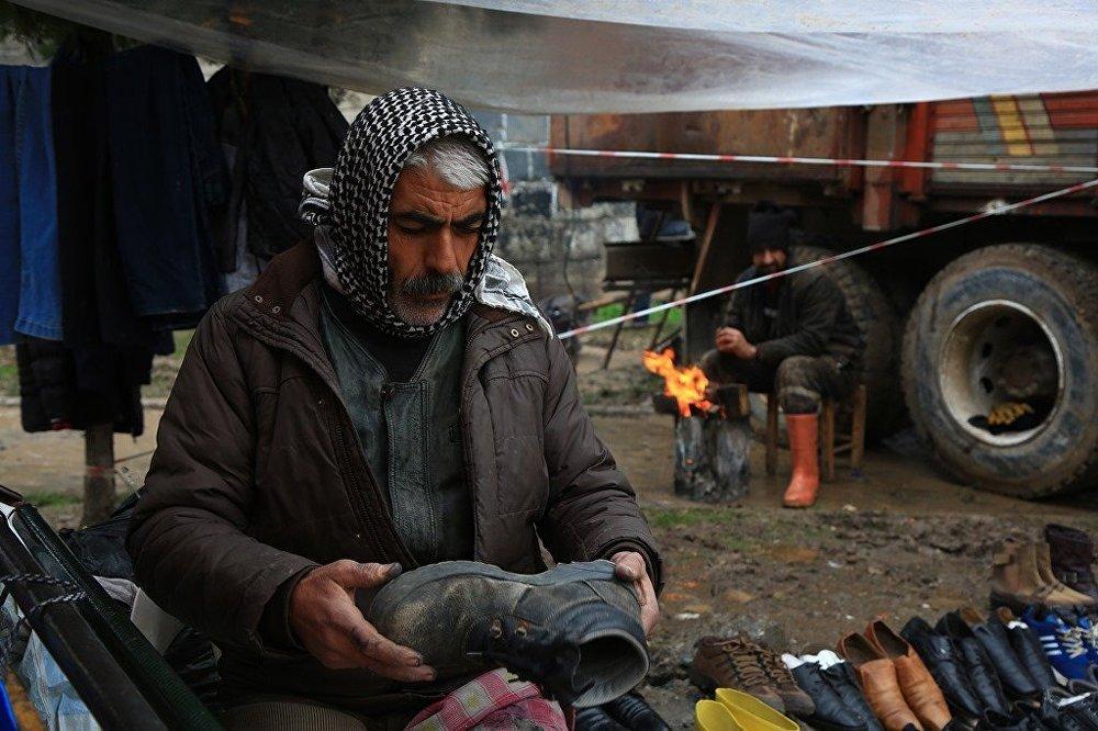 Eski ayakkabıları tamir edip satan Fahri Suna