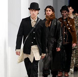 Paris'teki Erkek Moda Haftası'nda tasarımcı Teppei Fujita'nın Sulvam markası için Sonbahar/Kış 2019-2020 koleksiyonu