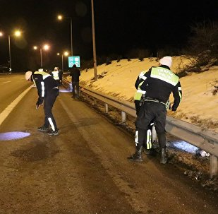 Bolu'da polis Anadolu Otoyolu'nda dur ihtarına uymayan otomobilden atılan uyuşturucu maddeleri el fenerleriyle aradı.