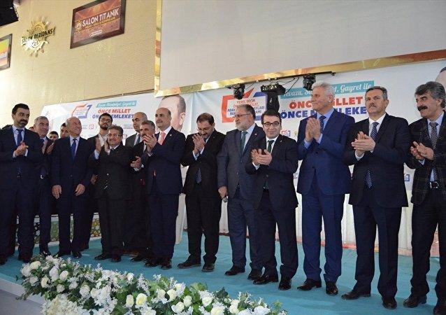 AK Parti MKYK Üyesi ve Van Milletvekili Osman Nuri Gülaçar, 1990'lı yıllar bu ülke için en acı ve kayıp yıllardır. Ayrışmaların, kin ve nefret tohumların ekildiği yıllardır. Sonra Allah bize merhamet etti, içimizden bizi bilen merhamet timsali bir lider çıkıverdi. İşte bu liderin adı Recep Tayyip Erdoğan'dır dedi.
