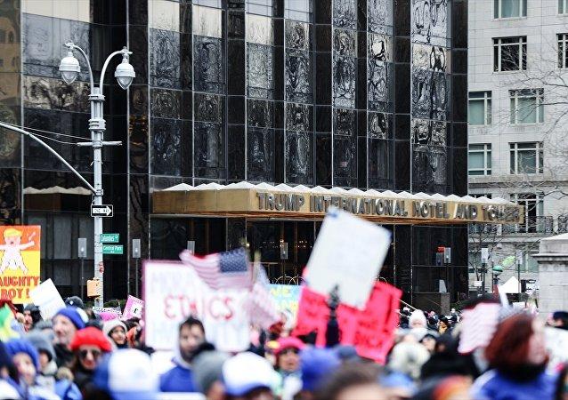 Manhattan Columbus Circle'a yakın Trump International Hotel ve Tower binası önünde toplanan göstericiler FogoAzul gösteri bandosu eşliğinde Bryant Park'a doğru yürüdü. Göstericiler, Donald Trump yönetiminin politikalarını protesto etti.