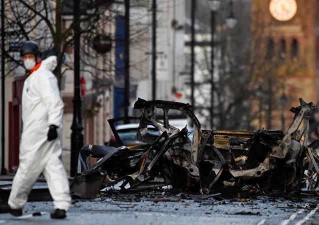 Kuzey İrlanda'nın Londonderry kentinde bombayla havaya uçurulan araçla ilgili 4 kişi gözaltına alınırken Yeni IRA'dan şüpheleniliyor.