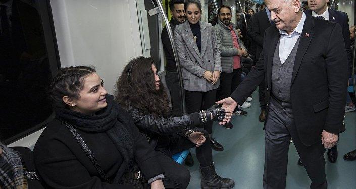 TBMM Başkanı ve AK Parti İstanbul Büyükşehir Belediye Başkan adayı Binali Yıldırım, İstanbul'un Asya ve Avrupa yakalarını deniz altından birleştiren Marmaray ile yolculuk yaptı. Yenikapı durağından Marmaray'a binen Yıldırım, trendeki yolcularla Üsküdar durağına kadar sohbet etti.