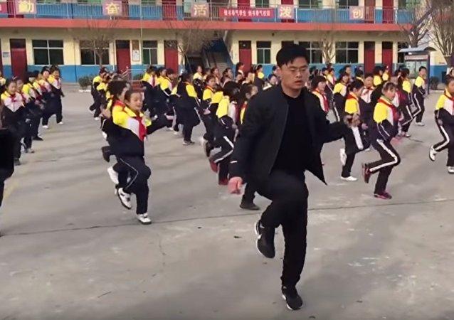 Çin'de öğrencileriyle dans eden okul müdürü
