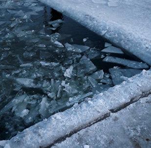 Buz yüzücüleri kulübünün havuzundaki kırık buzlar, Harbin, Çin...