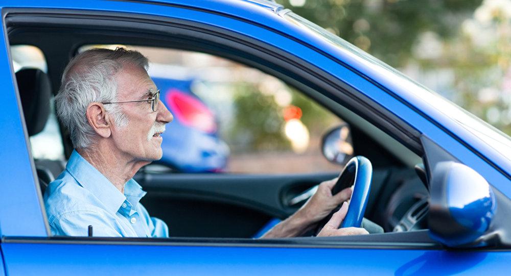 Yaşlı sürücü