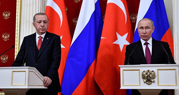 Cumhurbaşkanı Recep Tayyip Erdoğan ile Rusya Devlet Başkanı Vladimir Putin'in görüşmesi sona erdi. Yaklaşık 2 saat süren görüşmenin ardından iki lider, heyetler arası görüşmeye geçti. Heyetler arası görüşmenin ardından ikili ortak basın toplantısı düzenlendi.