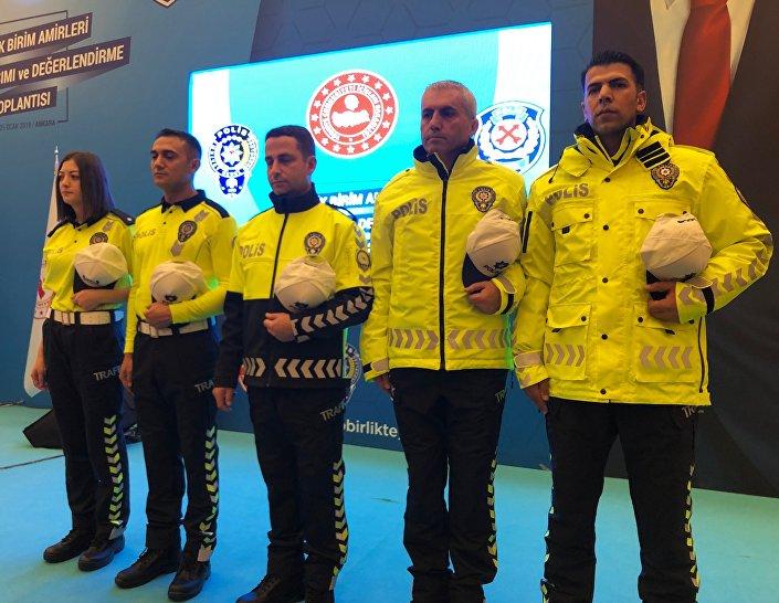 Soylu, trafik polislerinin görevleri başında giyecekleri yeni kıyafetleri tanıttı.