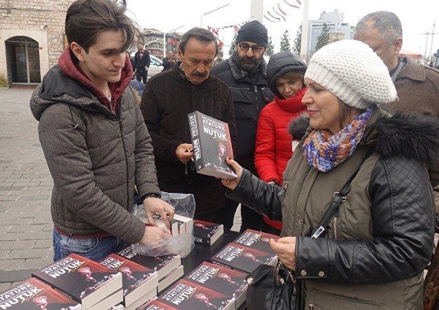 Lise öğrencisi Ata Mollaoğlu, Yılmaz Özdil tarafından yazılan 'Mustafa Kemal' kitabının 2 bin 500 liraya satılmasına tepki göstererek İstiklal Caddesi'ndeki harçlıklarından biriktirerek aldığı 57 adet 'Nutuk' kitabını dağıttı.