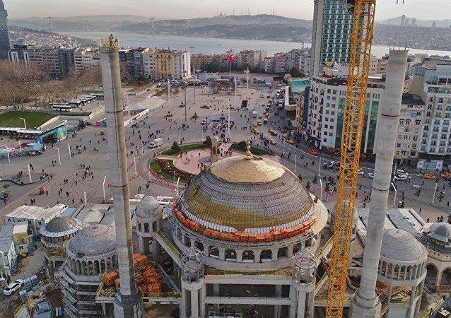 Topçu Kışlası'nın yapılması planlanan Gezi Parkı alanı ve Taksim Camii