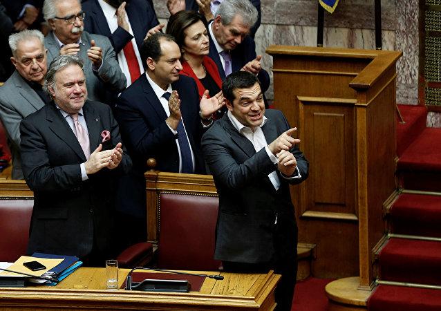 Makedonya isim anlaşmasının Yunan parlamentosundan geçmesini sevinçle karşılayan Çipras ve Syriza'dan arkadaşları, kararı alkışladı.