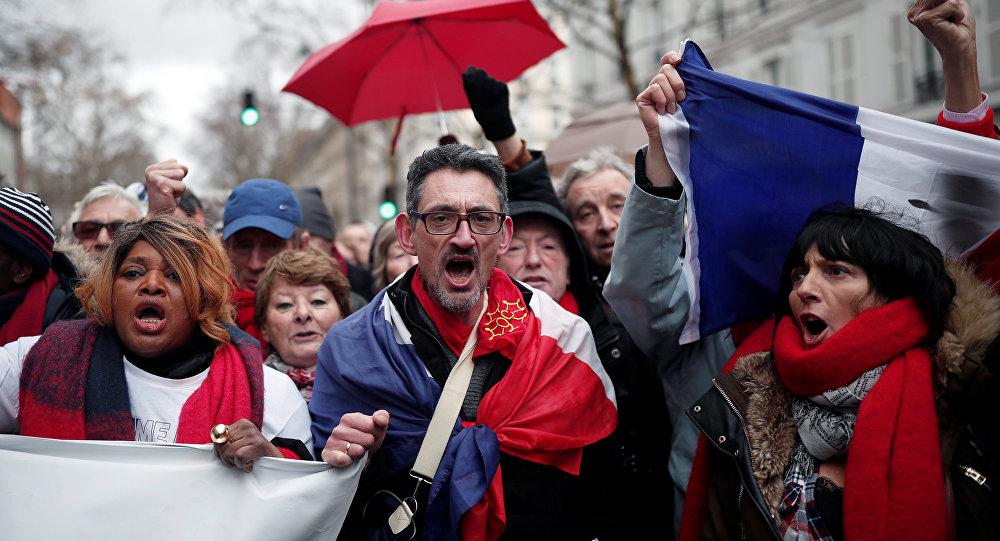 Fransa'nın başkenti Paris'te Sarı Yelekler'e karşı 'Kırmızı Fularlar' eylemi