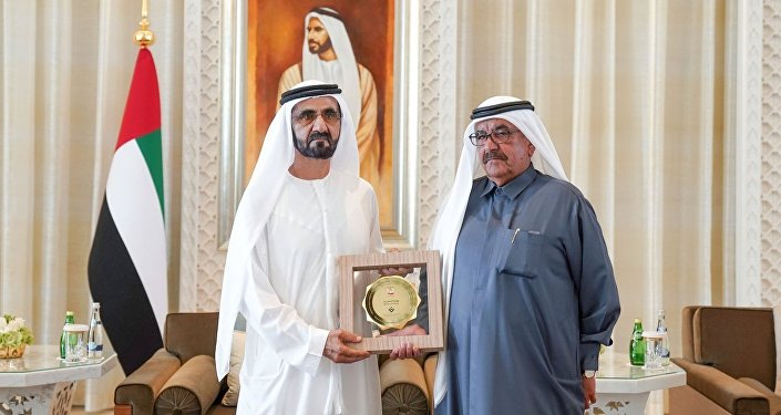Birleşik Arap Emirlikleri (BAE), Devlet Başkan Yardımcısı ve Dubai Emiri Şeyh Muhammed bin Raşid el Maktum'un cinsiyet eşitliği ödüllerini layık gördüğü erkeklere tek tek elden verirken görüntülerini yayımladı.
