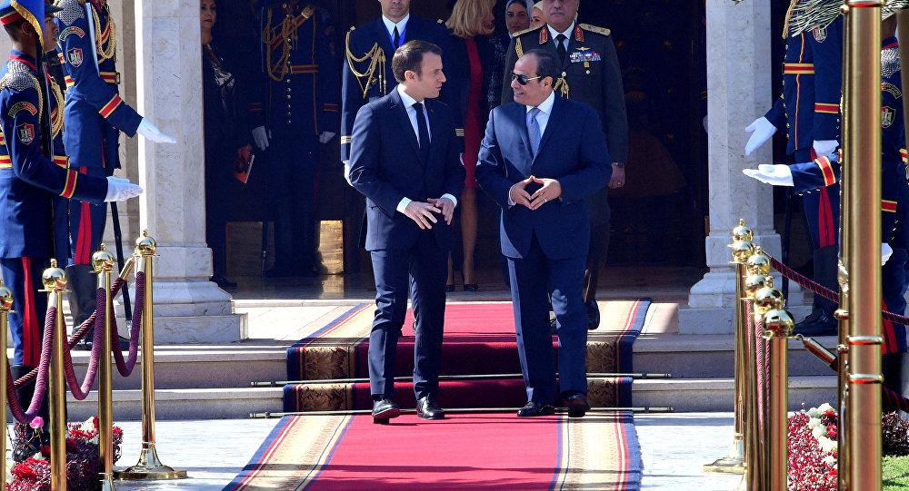 Sisi (sağda) Macron'u Kahire'deki başkanlık sarayında devlet töreniyle karşıladı.