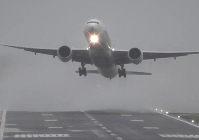 İngiltere'de sert rüzgarlar uçaklara zor anlar yaşattı