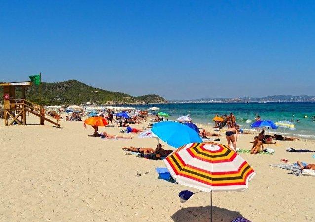 İbiza'daki Es Cavallet plajı