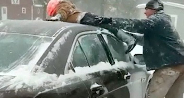 ABD'den eğlenceli kar manzaraları: Bir baba, arabasının üzerindeki karları temizlemek için çocuğunu kullandı