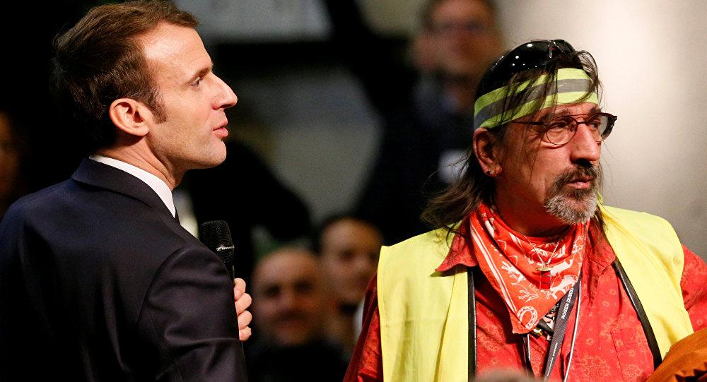 Sarı Yelekler'in taleplerini dinlemek ve hayata geçirebilmek amacıyla Fransa çapında 'Büyük Ulusal Tartışma' toplantıları başlatmış bulunan Emmanuel Macron, 24 Ocak'ta Valence yakınındaki Bourg-de-Peage'de düzenlenen toplantıya katıldı ve bazı Sarı Yelek üyeleriyle biraraya geldi.