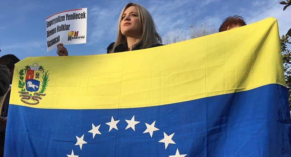 Venezüella Dayanışma Komitesi, Beşiktaş Meydan'da bir araya gelerek, Venezüella halkına destek eylemi gerçekleştirdi.