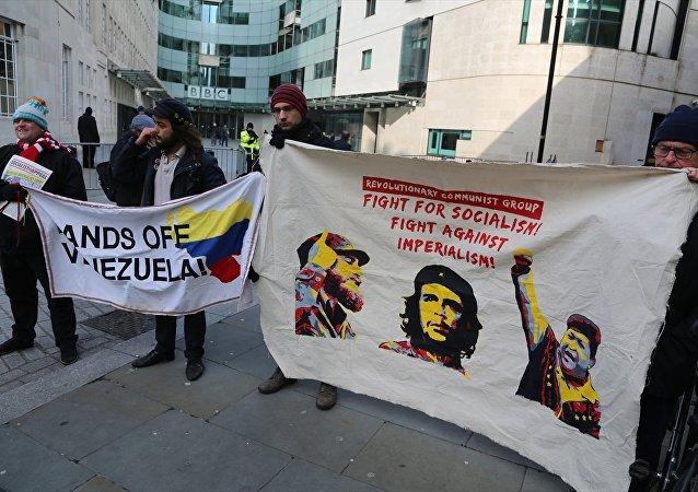 İngiliz basınının Venezüella haberleri BBC önünde protesto edildi