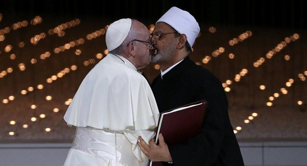 El Ezher Kurumu Şeyhi Ahmed et-Tayyib ile Katoliklerin ruhani lideri ve Vatikan Devlet Başkanı Papa Franciscus