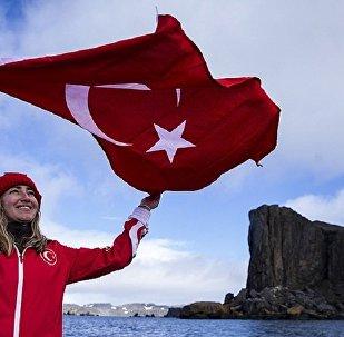 Antarktika'da tüpsüz dalan ilk kadın sporcu: Şahika Ercümen