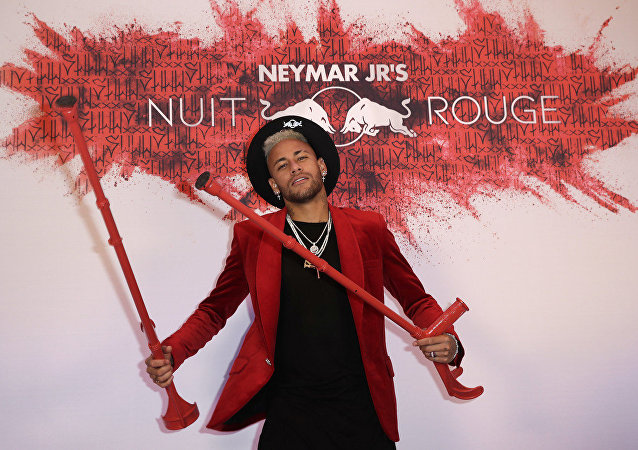 Nisan ayına kadar sahalara dönmesi beklenmeyen PSG'nin Brezilyalı yıldızı Neymar Jr, 27. yaşını çılgın bir partiyle kutladı. Teması kırmızı renk olan partide Neymar'ın koltuk değnekleriyle verdiği pozlar tartışma yarattı.