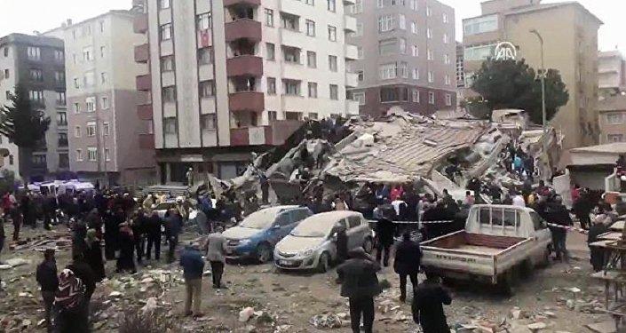 İstanbul'da 6 katlı bir bina çöktü