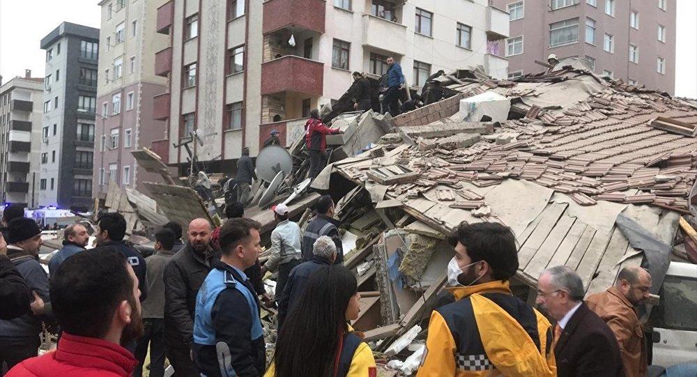 Kartal'da bir bina çöktü