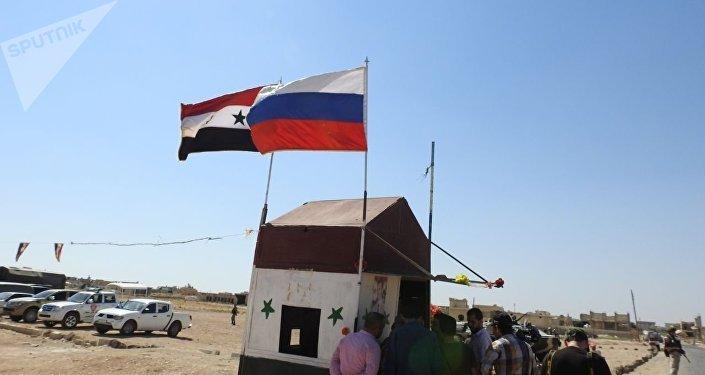 Suriye ve Rusya bayrakları
