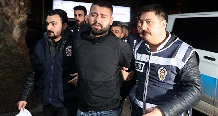 İzmir'de üç ayrı suçtan aranan Saddam lakaplı cezaevi firarisi polisin çalışması sonucu yakalandı.