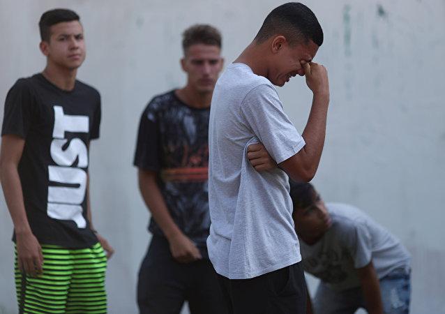Brezilya futbol kulübü Flamengo'nun Rio de Janeiro'daki tesisinde çıkan yangında genç futbolcular öldü ve yaralandı, binanın önünde yakınlarından haber bekleyenler gözyaşlarına boğuldu.