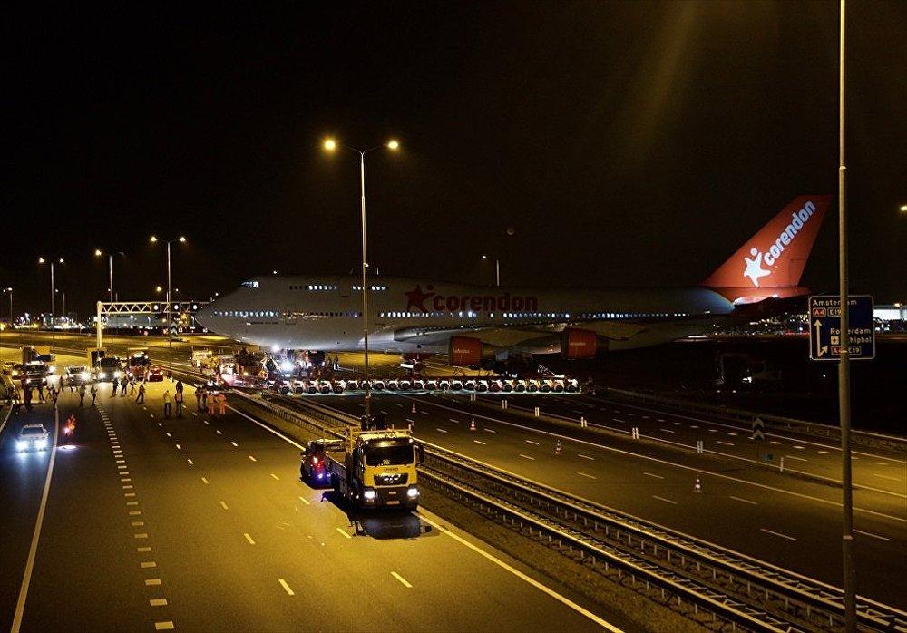 Türk iş adamı Atilay Uslu'nun sahibi olduğu Hollanda ve Benelüks ülkelerindeki en büyük otelin bahçesine konulacak Boeing 747 tipi uçakTürk iş adamı Atilay Uslu'nun sahibi olduğu Hollanda ve Benelüks ülkelerindeki en büyük otelin bahçesine konulacak Boeing 747 tipi uçak