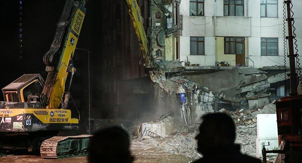 Kartal'da çöken Yeşilyurt Apartmanı'nın bitişiğindeki 10 katlı Yunus Apartmanı'nın yıkımı