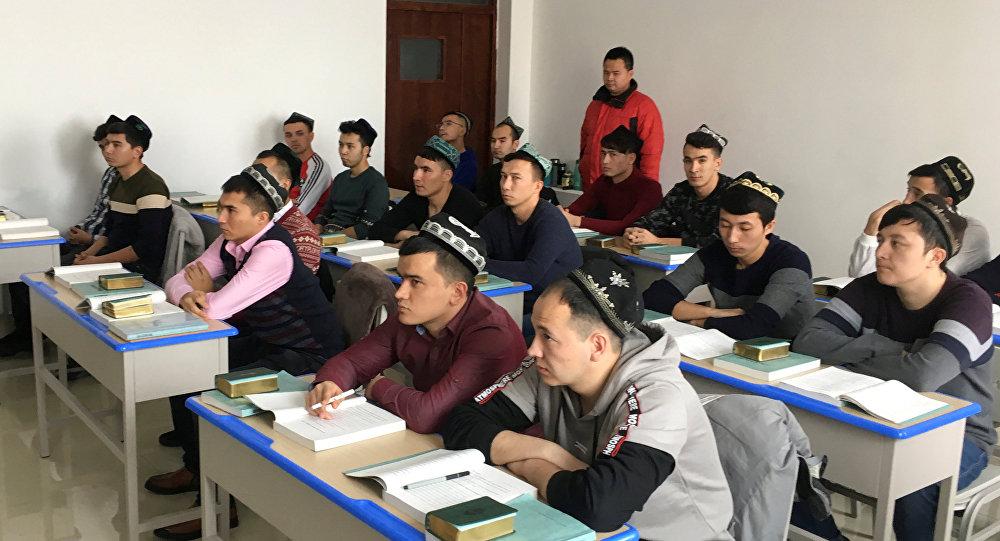 Çin devletinin düzenlediği geziye katılanlar, Urumki'deki Xinjiang (Şinciang) İslami Çalışmalar Enstitüsü'nün öğrencilerini görüntüledi.
