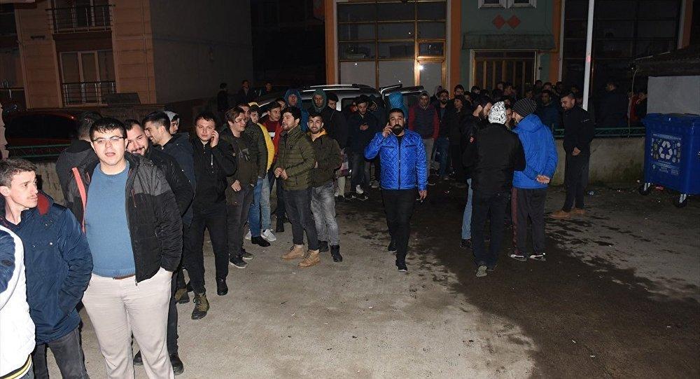 Türkiye Taşkömürü Kurumunun (TTK) bin maden işçisi alımı için başvuru süreci bugün başlayacak. Vatandaşlar, müracaatlarını yapabilmek amacıyla akşam saatlerinden itibaren Zonguldak ve Bartın'da İŞKUR önünde bekliyor.