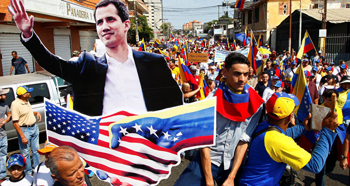 Venezüella'da kendini 'geçici devlet başkanı' ilan eden Juan Guaido'nun destekçileri, düzenledikleri gösterilerde ABD bayrakları taşıdı