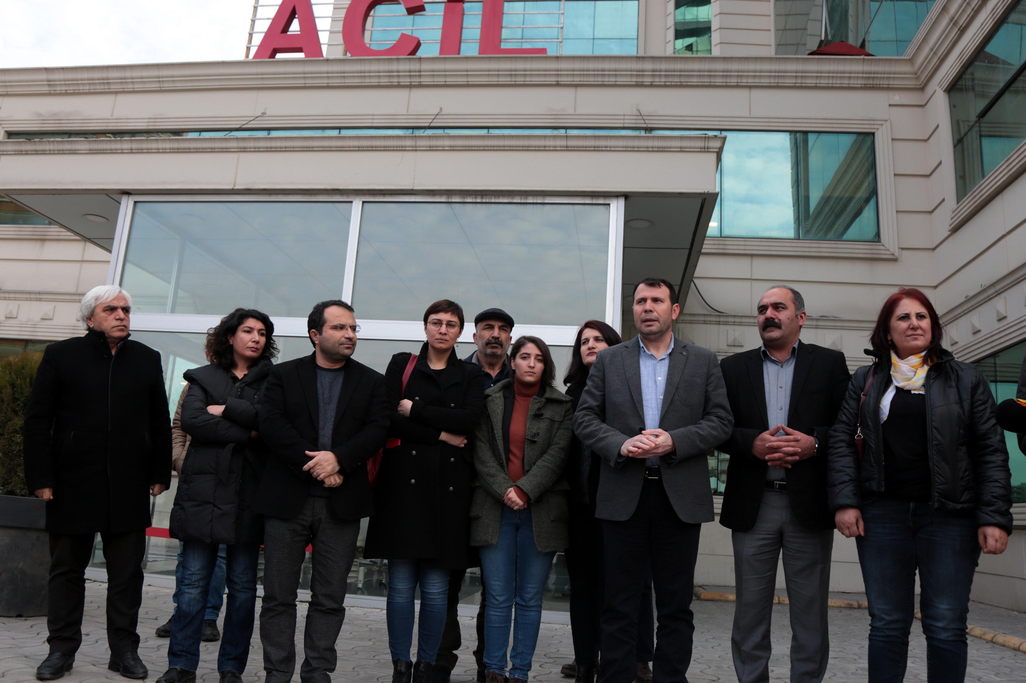 Hastane önünde toplanan HDP'li milletvekiller Güven'in durumu ile ilgili açıklama yaptı