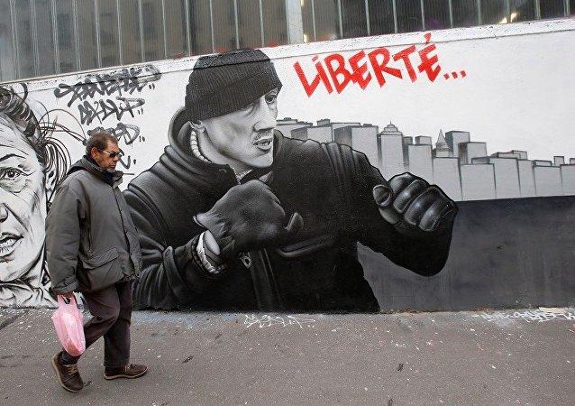 Fransa'nın başkenti Paris'te Sarı Yelekler'in geçen ay düzenlediği gösteride iki polisi darbeden eski boksör Christophe Dettinger'un duvar resmi