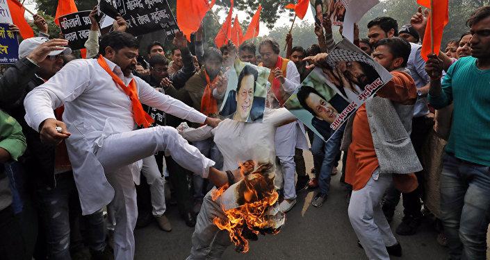 Saldırıyı kınayan Hintli protestocular Pakistan Başbakanı İmran Han'ın fotoğraflarını yaktı.